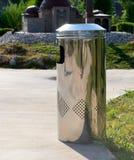 Metal trashcan en parque Imagen de archivo libre de regalías