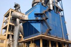 Metal Treppen außerhalb eines enormen Staubabgassammlers mit Stockfoto