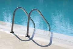 Metal Treppen in ein Schwimmbad Stockfoto