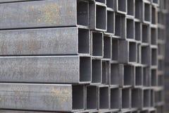 Metal a tubulação do perfil do seção transversal retangular nos blocos no armazém de produtos Fotos de Stock Royalty Free
