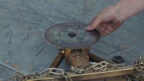 Metal uncrews гайки лезвия круглой пилы, укомплектуйте личным составом задвижки оно и положите назад акции видеоматериалы