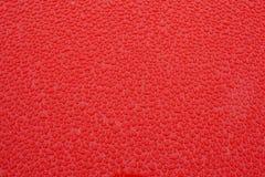 Metal vermelho com gotas da água Fotografia de Stock Royalty Free