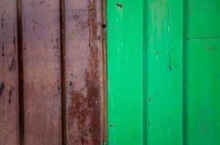 Metal, vermelho e verde do ferro ondulado Imagens de Stock