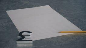 Metal waluty funtowy symbol z linia ołówkiem na betonowym tle i papierem ilustracji