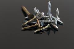 Metal y tornillos de cobre amarillo Imagen de archivo libre de regalías