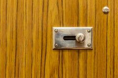 Metal zapadka na drewnianym drzwi Zdjęcia Royalty Free