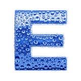 Metal Zeichen u. wässern Sie Tropfen - bezeichnen Sie E mit Buchstaben Stockfotografie