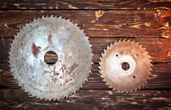 Metal zobaczył ostrze na drewnianym tle Obraz Royalty Free
