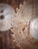 Metal zobaczył ostrze na drewnianym tle Zdjęcie Royalty Free