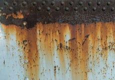 Metal zrudziała tekstura z nitami, abstrakcjonistyczny grunge tło zdjęcia stock