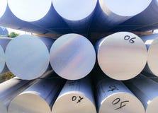 Metale i aluminiowy rozsypisko w magazynowym ?adunku dla transportu r?kodzielnicza fabryka zdjęcia stock