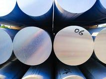 Metale i aluminiowy rozsypisko w magazynowym ?adunku dla transportu r?kodzielnicza fabryka fotografia stock