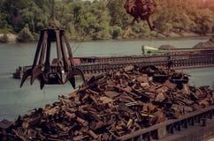 Metalen die de klauw van het kranenmetaal recycleren Stock Foto's