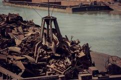Metales que reciclan la garra del metal de las grúas foto de archivo