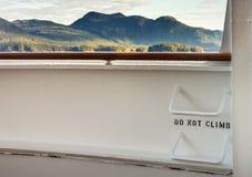 Metali drabinowi szczeble na statku wycieczkowego pok?adzie z widokiem halna sceneria w t?a ner Ketchikan, Alaska zdjęcia stock