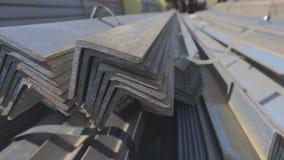 Metali kąty w magazynie brogującym z rzędu, metalu kołysanie się w na otwartym powietrzu magazynie zbiory wideo