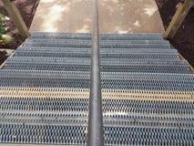 Metali kroki z metal dziurami i poręczem Zdjęcia Royalty Free
