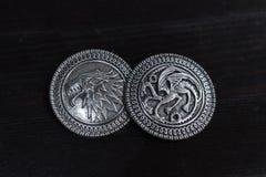Metali medale inspiruj?cy Surowym domu Targaryen od serial telewizyjny gry trony dla sprzeda?y i os?onami jako amulety obrazy stock