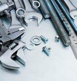 Metali narzędzia i naprawianie elementy na porysowanym Obraz Stock