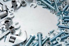 Metali narzędzia i naprawianie elementy na porysowanym Fotografia Stock