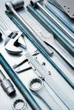 Metali narzędzia na porysowanym metalu tle Obrazy Stock