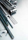 Metali narzędzia na porysowanym metalu tle Obraz Royalty Free