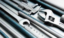 Metali narzędzia na porysowanym metalu tle Obraz Stock