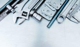 Metali narzędzia na porysowanym metalu tle Zdjęcie Stock