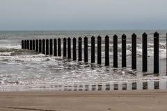 Metali palowania od linii brzegowej w ocean obraz stock