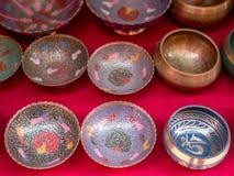 Metali puchary Dla sprzedaży w Kathmandu, Nepal Zdjęcie Royalty Free