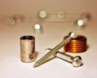 Metali rygle, śruby, kłamający na papierze i brązowej części Fotografia Stock