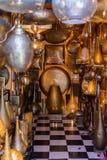 Metali rzemiosła w Marrakech Złota, srebra i groszaka lampowi kawałki, zdjęcie stock