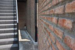 Metali schodki i ściana czerwony ściana z cegieł, pojęcie projekt, loft Zdjęcie Royalty Free