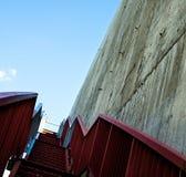 Metali schodki na szarej betonowej ścianie Zdjęcie Royalty Free