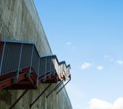 Metali schodki na szarej betonowej ścianie Zdjęcia Royalty Free