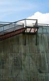 Metali schodki na szarej betonowej ścianie Fotografia Royalty Free