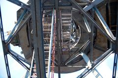 Metali schody, widok od dna up, przemysłowa geometria Obrazy Stock