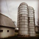 Metali silosy na banatki gospodarstwie rolnym Obrazy Royalty Free