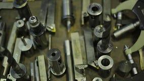 Metali tnący narzędzia dla mleć i wiertnicze maszyny na drewnianym stole w warsztacie, zbliżenie zdjęcie wideo