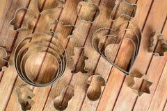 Metali wypiekowi krajacze nad drewnianym tłem Zdjęcie Stock