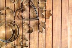 Metali wypiekowi krajacze nad drewnianym tłem Obraz Royalty Free