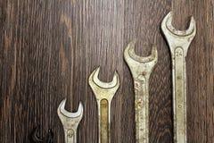 Metali wyrwania na drewnianym tle Zdjęcia Royalty Free