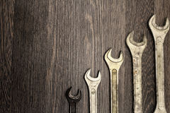 Metali wyrwania na drewnianym tle Obraz Royalty Free