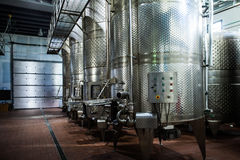 Metali zbiorniki wśrodku wytwórnii win fabryki Zdjęcie Stock