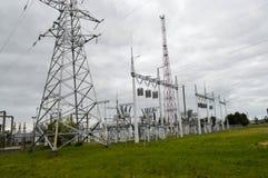 Metallöverföringslinje med delarna av det elektriska nätverket, systemet av maktutrustning för överföringen Royaltyfri Foto
