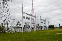 Metallöverföringslinje med delarna av det elektriska nätverket, systemet av maktutrustning för överföringen Royaltyfri Fotografi