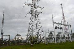 Metallöverföringslinje med delarna av det elektriska nätverket, systemet av maktutrustning för överföringen Royaltyfria Bilder
