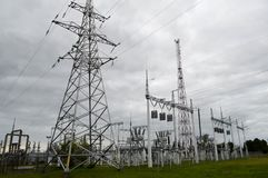 Metallöverföringslinje med delarna av det elektriska nätverket, systemet av maktutrustning för överföringen Fotografering för Bildbyråer