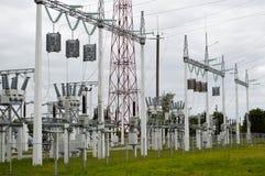 Metallöverföringslinje med delarna av det elektriska nätverket, systemet av maktutrustning för överföringen Arkivfoto