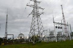 Metallöverföringslinje med delarna av det elektriska nätverket, systemet av maktutrustning för överföringen av electrien Royaltyfri Foto